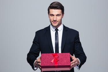 homme faisant un cadeau à sa secretaire